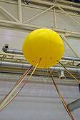 Globo amarillo cerca de tubos metálicos industriales, industria. — Foto de Stock
