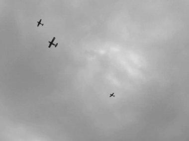 несколько старинных самолеты, летающие в небе во время военной реконструкции в киеве, украина. — Стоковое видео