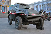 Wystawa samochodów wojskowych na kreshatik ulicy w kijowie, ukraina. — Zdjęcie stockowe
