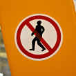 No entrance red sign with man silhouette on yellow surface. — Foto Stock