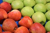 Färska röda och gröna äpplen i behållare, mat. — Stockfoto