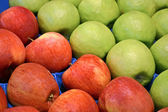 Manzanas frescas de rojas y verdes en el envase, comida. — Foto de Stock