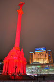 Independence monument illuminated with red light in Kiev, Ukraine. — Stock Photo