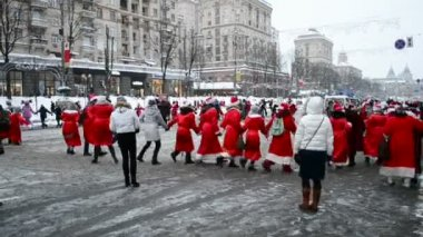Santa Claus (Father Frost) Parade in Kiev, Ukraine. — Stock Video