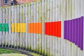 Abstrakt gemalten farbe pilone heap, moderne umgebung. — Stockfoto