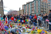 Memorial, poured people over the memorial set up on Boylston Street in Boston, USA. — Stock Photo