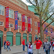 Fenway Park and Boston Red Sox fans on April 20, 2013 in Boston, USA. — Стоковая фотография