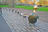 "Sculpture of ducks tribute to Robert McCloskeys story ""Make way for ducklings"" in Boston Public Garden. — Stok fotoğraf"