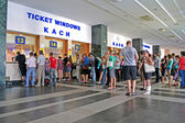 Pasengers buying the tickets on Central Railway Station in Kiev, Ukraine. — Stock Photo