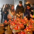 Teenagers with candles near Starvation (Holodomor) monument in Kiev, Ukraine. — Stockvideo