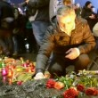 Man with candle near Starvation (Holodomor) monument in Kiev, Ukraine. — Stok video
