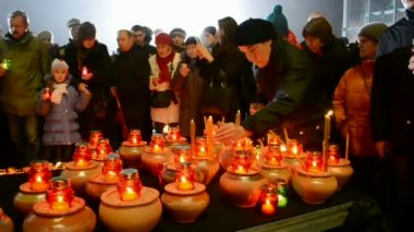 People with candles during Starvation (Holodomor) marks in Kiev, Ukraine. — Stock Video