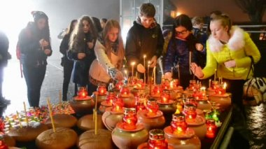 Teenagers with candles near Starvation (Holodomor) monument in Kiev, Ukraine. — Stok video