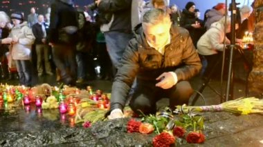 Man with candle near Starvation (Holodomor) monument in Kiev, Ukraine. — Stock Video