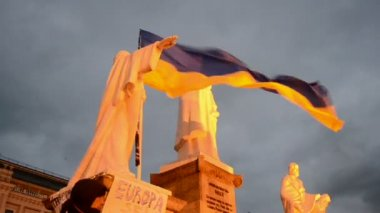 Olga king monument and flags during Euro maidan meeting in Kiev, Ukraine. — Stock Video
