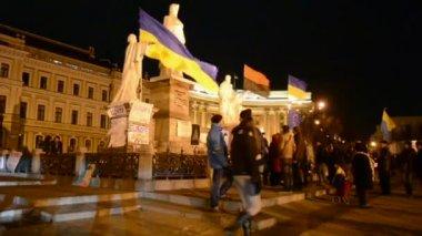 Olga king monument and flags during Euro maidan meeting in Kiev, Ukraine. — Stock Video