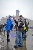 Menschen kommunizieren über euro-maidan-tagung in kiew, ukraine. — Stockfoto