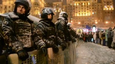 Security riot police during Euro maidan meeting in Kiev, Ukraine. — Stock Video