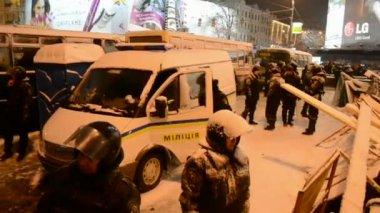 Security riot police during Euro maidan meeting in Kiev, Ukraine. — Stock Video