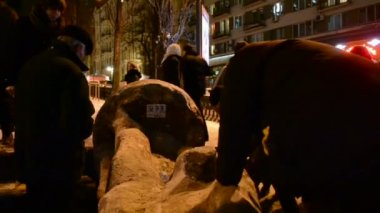 People near destroyed statue of Lenin during Euro-maidan in Kiev, Ukraine. — Stock Video
