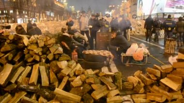 People and barricade during Euro maidan meeting in Kiev, Ukraine. — Stock Video