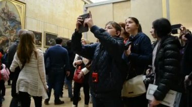 Louvre Museum, Paris, France. People take photos of famous artworks in the gallery. — Stok video