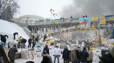 Barricade, protesters in the city center during Euro maidan meeting in Kiev, Ukraine. — Stock Video