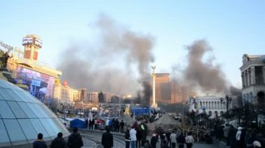 Black fire smog in city center during euro maidan meeting in Kiev, Ukraine. — Stock Video