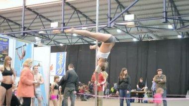 Jonge Sportvrouw Toon acrobatische programma op pyloon in kiev, Oekraïne, — Stockvideo