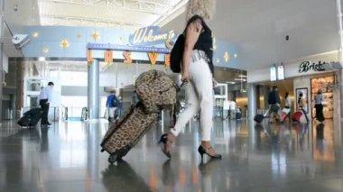 Las Vegas, Nevada, travelers inside of McCarran international airport. — Stock Video