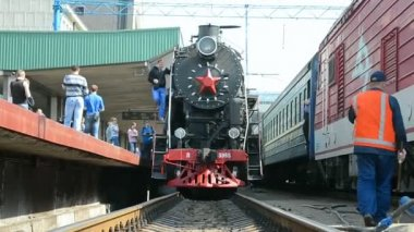 Retro steam locomotive on Central Railway Station in Kiev, Ukraine. — Vídeo de stock