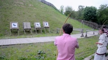 Archer of ancient Kyiv international tournament in Kiev, Ukraine. — Stock Video