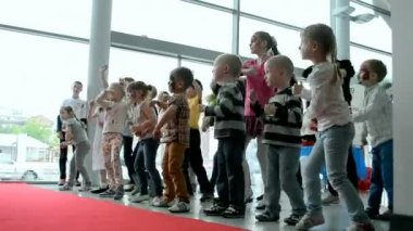 Kids dancing during International Children's day in Kiev, Ukraine. — Stock Video