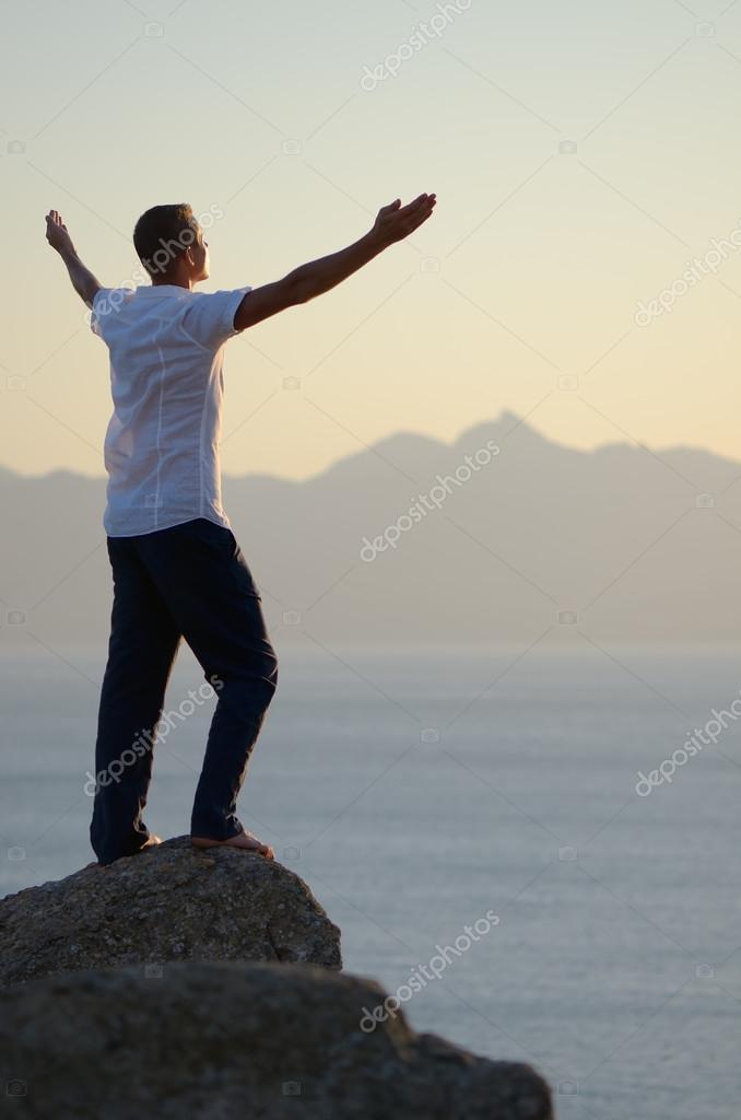 На руки свои и поднять высоко в небеса