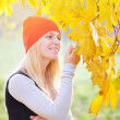 Girl in the autumn park — Stock Photo