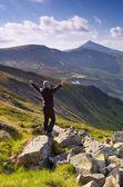 Viajante nas montanhas — Fotografia Stock