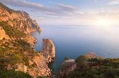 скалы на берегу моря — Стоковое фото