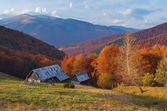 Hut in a mountain forest. Autumn Landscape  — Stockfoto