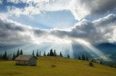 Rayons du soleil à travers les nuages — Photo
