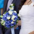 Wedding couple with bouquet — Stok fotoğraf