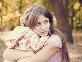 Smutný holčička a matka v parku — Stock fotografie