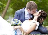 Genç çift damat ve gelin öpüşme. — Stok fotoğraf