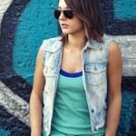 落書きの壁付近にサングラスで十代の少女 — ストック写真