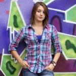 落書きの壁の近くに立ってスタイル十代の少女 — ストック写真