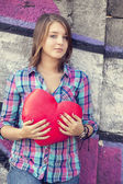 Teen girl with heart at outdoor. — Stockfoto