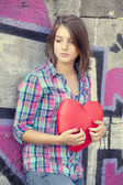 Teen girl with heart at outdoor. — 图库照片