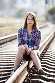Triste adolescente sentado en el tren. — Foto de Stock