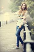 スタイルは通りで十代の少女. — ストック写真