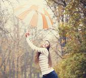 Krásná dívka s deštníkem na podzimní park. — Stock fotografie