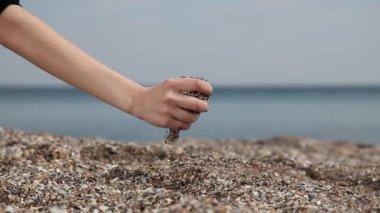 女孩子的手握在海滩上的沙. — 图库视频影像